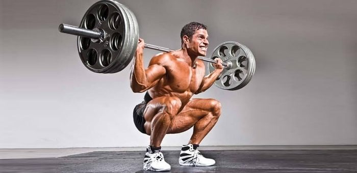 What is the difference between bodybuilding and powerlifting?